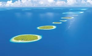 Pogled na koralna ostrva iz vaduha, prekrivena zelenilom