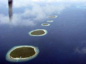 Koralana ostrva viđena iz vazduha, okružena bistrom vodom