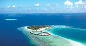 Ostrvo sa kućicama na vodi viđeno iz vazduha