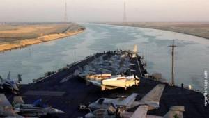 Nosač aviona prolazi kroz Suecki kanal